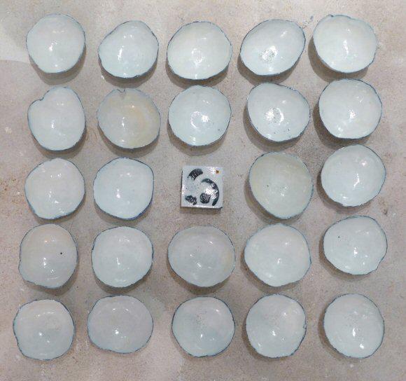 Installatie kommetjes, porselein, zoutglazuur, 1x1m